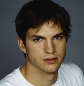 La ceretta di Ashton Kutcher: il video