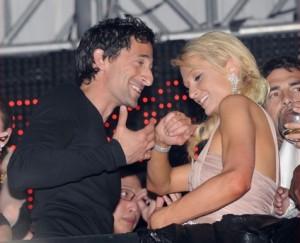 Paris Hilton flirta con Adrien Brody