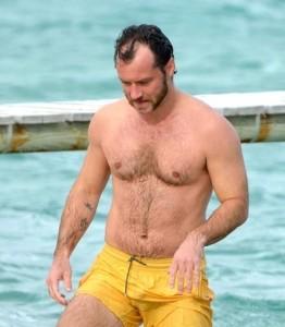 Jude Law si fa un bagno