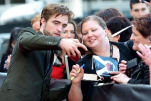 Bagno di folla per Robert Pattinson