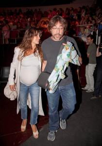 Penélope Cruz col pancione e Javier Bardem scatenato, ad un concerto a Madrid