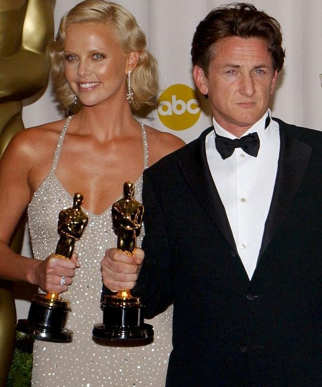Charlize Theron e Sean Penn nel 2004