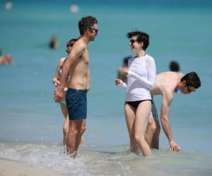 Anne Hathaway e Adam Shulman in vacanza a Miami