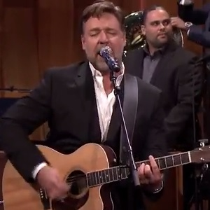 Russell Crowe si esibisce al Late Night with Jimmy Fallon