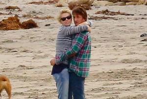 Sean Penn e Charlize Theron felici sulla spiaggia
