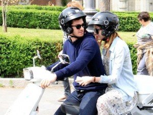 Andrew Garfield ed Emma Stone in Vespa per le strade della capitale