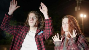 American Ultra: Jesse Eisenberg e Kristen Stewart nel trailer vietato ai minori