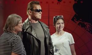 Arnold Schwarzenegger spaventa i fan per beneficenza