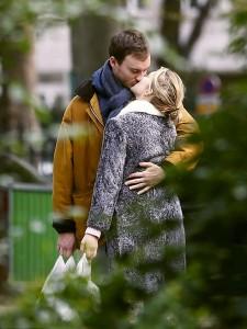 Léa Seydoux in pigiama per le strade di Parigi col fidanzato