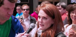 Julianne Moore a Times Square improvvisa per i passanti