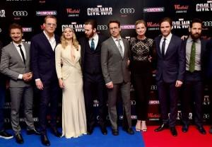 Elizabeth Olsen scollatissima alla premiére londinese di Captain America: Civil War