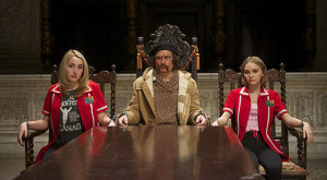 Yoga Hosers: Harley Quinn Smith, Lily-Rose Depp e papà Johnny nel nuovo trailer