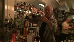 Ma quant'è figo Bill Murray che fa il bartender?