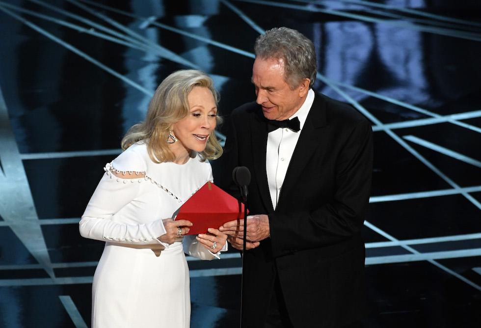 Faye Dunaway e Warren Beatty annunciano per sbaglio che il miglior film è stato vinto da La La Land anziché Moonlight (Kevin Winter/Getty Images)